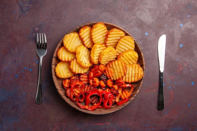 暗い空間で調理された野菜とベイクドポテトの上面図