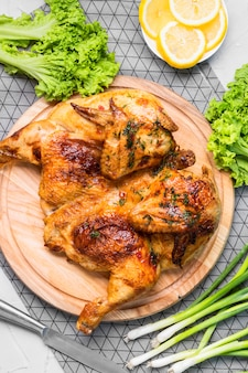 上面図焼き鶏肉全体にレモンスライス、ネギ、サラダ