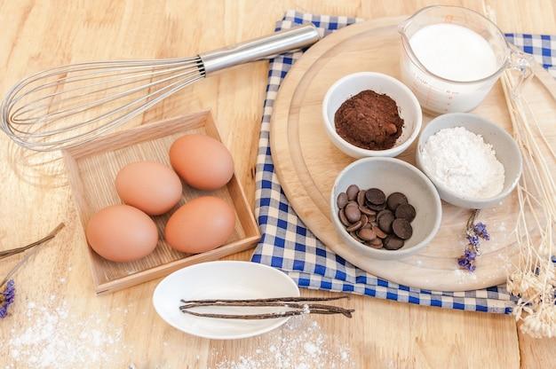 상위 뷰 베이킹 준비 나무 테이블, 베이킹 재료. 나무 판자에 그릇, 계란, 밀가루, 롤링 핀, 달걀 껍질, 베이킹 개념