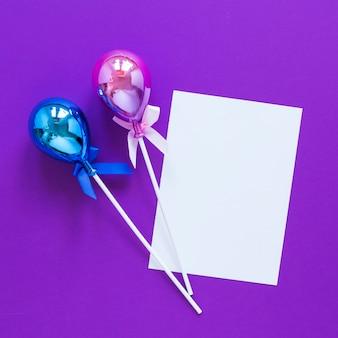 Воздушные шары вид сверху на фиолетовом фоне