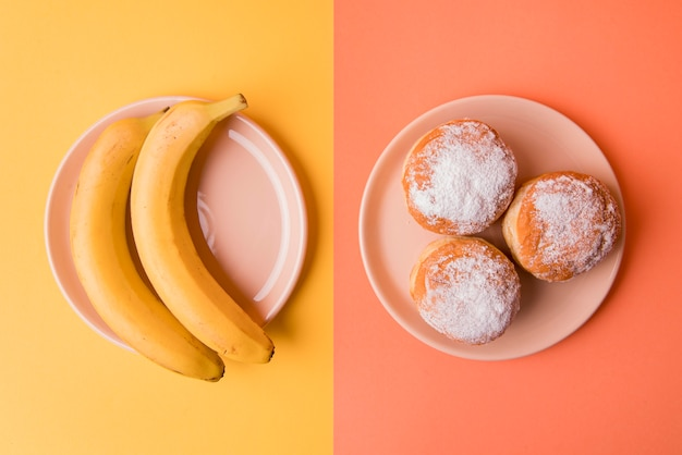 Вид сверху бананы и пончики