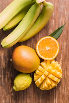Вид сверху бананы, апельсин и манго
