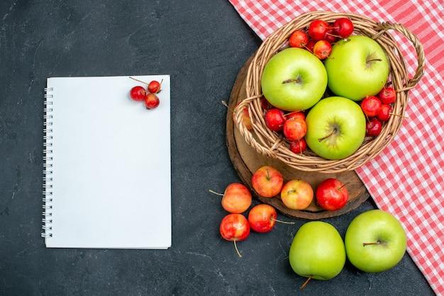 ダークグレーの表面にフルーツグリーンアップルとスイートチェリーのトップビューバスケットフルーツベリー組成フレッシュツリー