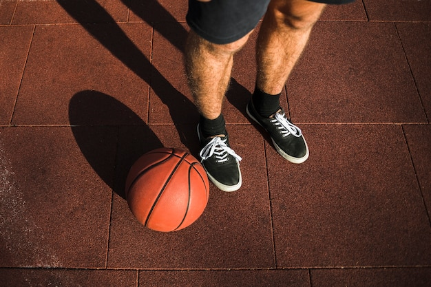 トップビューのバスケットボール選手の足