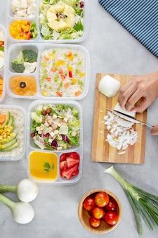Disposizione di cottura in batch vista dall'alto con cibo sano