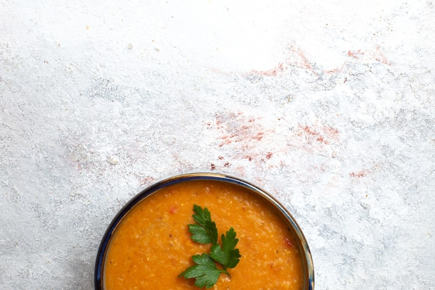 밝은 흰색 표면 수프 식사 음식 야채 콩에 접시 안에 merci라는 상위 뷰 콩 수프