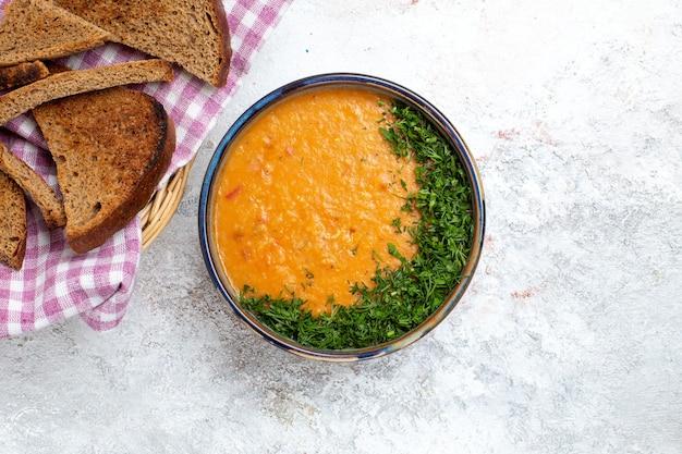 흰색 표면 수프 식사 음식 야채 콩에 빵 loafs와 merci라는 상위 뷰 콩 수프