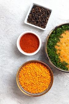 흰색 표면 수프 식사 음식 야채 콩에 채소와 함께 merci라는 상위 뷰 콩 수프