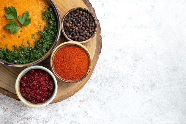 Zuppa di fagioli vista dall'alto chiamato merci con verdure e condimenti sulla superficie bianca zuppa di cibo pasto vegetale