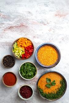 흰색 표면 수프 식사 음식 야채에 조미료와 함께 merci라는 상위 뷰 콩 수프