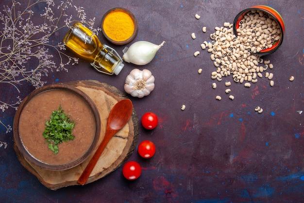 Вид сверху фасолевый суп вкусный приготовленный суп с оливковым маслом на темной поверхности суп фасолевого цвета острая еда