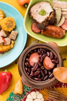 トップビュー豆とソーセージ料理