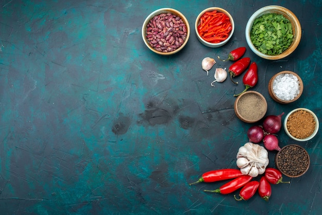 Vista dall'alto di fagioli e peperoni con cipolle garlics su scuro, prodotto ingrediente di farina alimentare