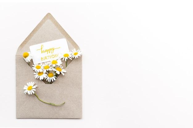 Вид сверху красивые цветы в конверте