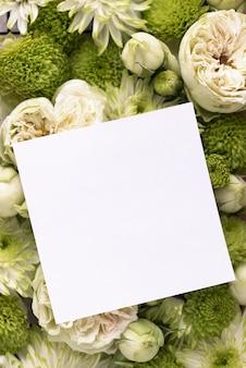 Vista dall'alto di bellissimi fiori con carta bianca