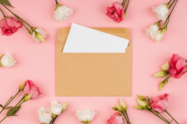 봉투와 상위 뷰 아름다운 장미 배열