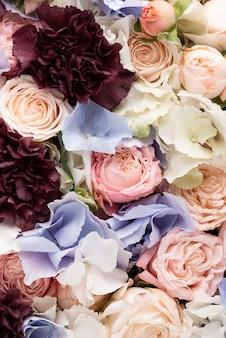 Vista dall'alto di un mix di fiori splendidamente fiorito