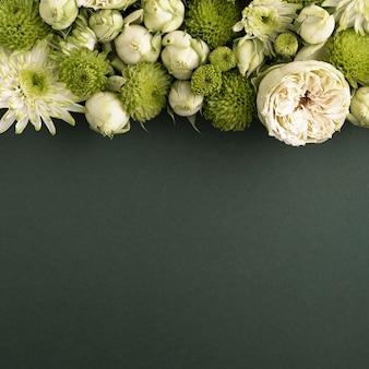 Vista dall'alto di fiori meravigliosamente colorati con spazio di copia