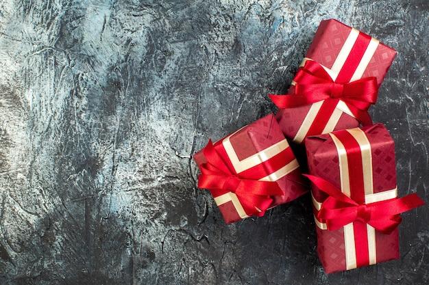 Vista dall'alto di scatole regalo splendidamente confezionate sul lato sinistro al buio
