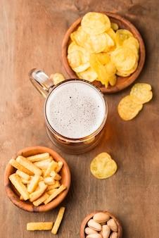Boccale di birra vista dall'alto e patatine