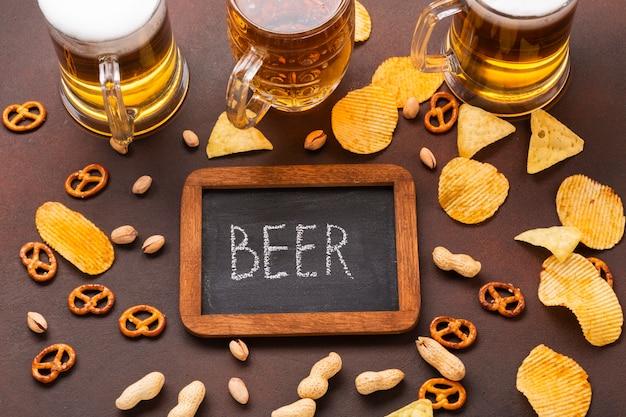 Вид сверху пиво с доске