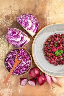 Insalata di barbabietole vista dall'alto con foglie di prezzemolo in cima con ingredienti su un tavolo di legno con spazio per le copie