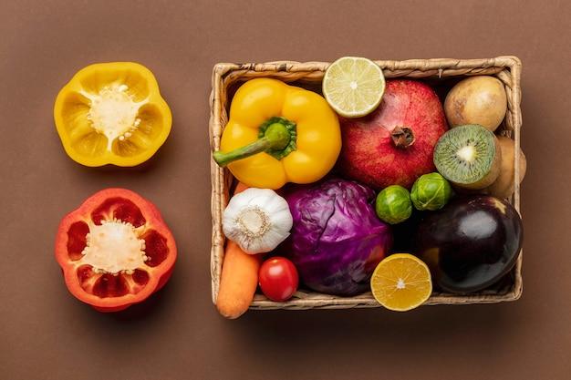 Vista dall'alto di peperoni con cesto di verdure