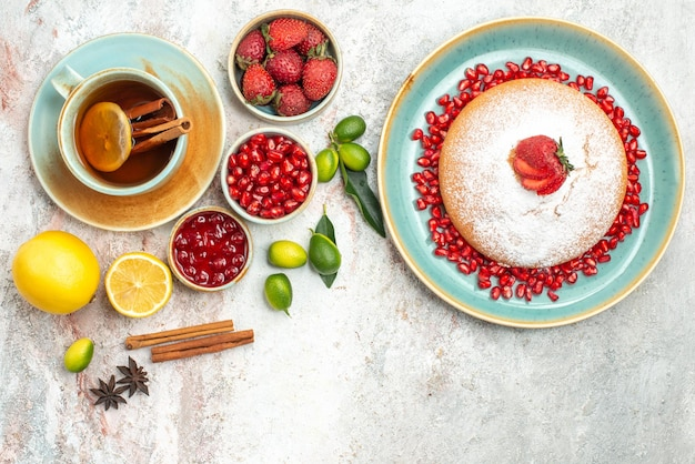 トップビューベリーとお茶ティージャムベリーのカップシナモンはイチゴとケーキを貼り付けます