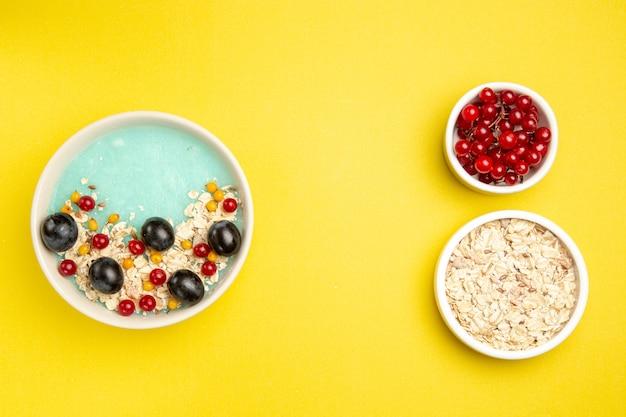 다채로운 열매의 상위 뷰 딸기 그릇 식욕을 돋우는 오트밀