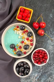 テーブルクロスにカラフルなベリーザクロの種子とトップビューベリーオートミール