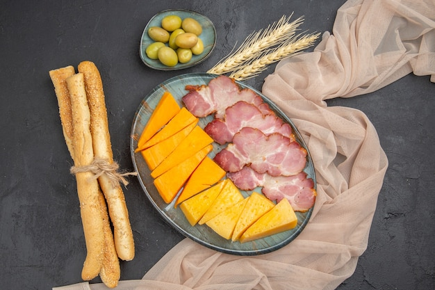 Vista dall'alto dei migliori snack deliziosi per il vino su un asciugamano su sfondo nero
