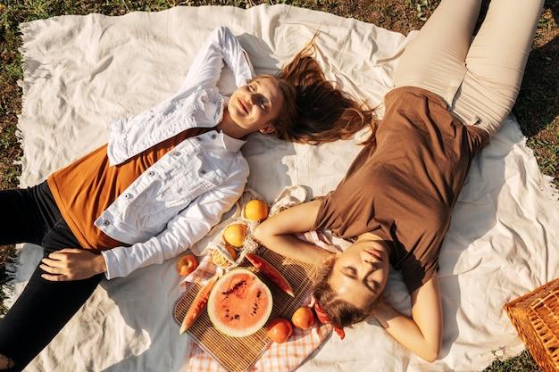 ピクニックをしながらリラックスしたトップビューの親友