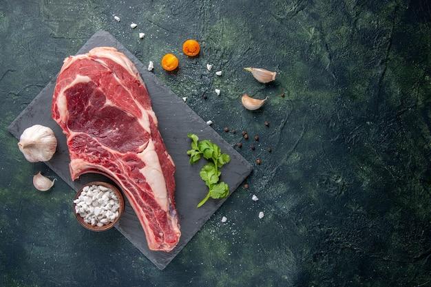 어두운 표면에 있는 상위 뷰 큰 고기 슬라이스 생고기