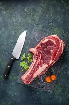 暗い表面の上面図大きな肉スライス生肉