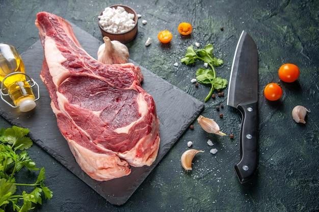 上面図大きな肉スライス生肉と暗い表面に緑