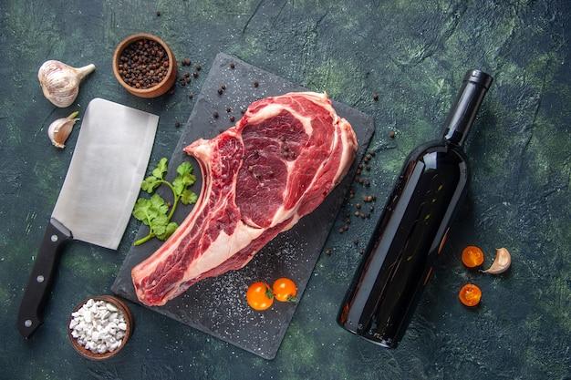 Vista dall'alto grande fetta di carne carne cruda con pepe su superficie scura