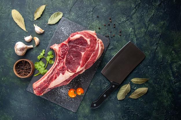 어두운 표면에 후추를 얹은 상위 뷰 큰 고기 슬라이스 생고기