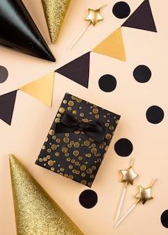 トップビューの誕生日プレゼントと帽子の配置