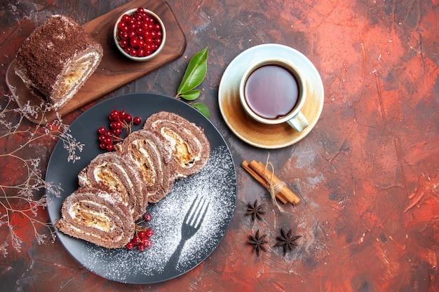 Vista dall'alto di biscotti con una tazza di tè sulla superficie scura