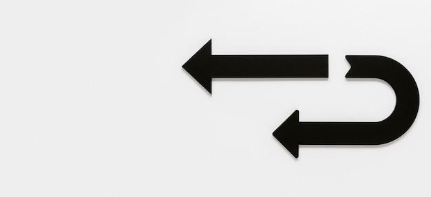 Frecce nere di vista superiore su fondo bianco con lo spazio della copia