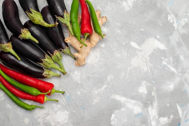 明るいデスク野菜食品食事新鮮な生鮮唐辛子と平面図黒ナス