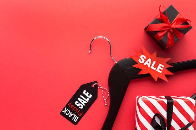 Assortimento di venerdì nero vista dall'alto su sfondo rosso con spazio di copia