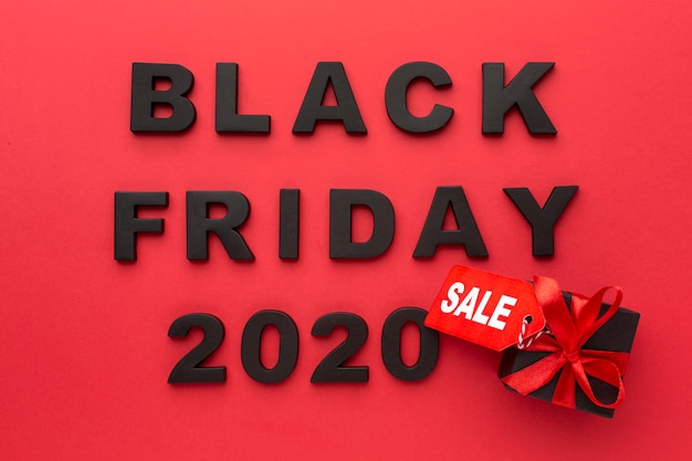 Composizione di vendita venerdì nero vista dall'alto su sfondo rosso