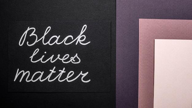 Vista dall'alto della carta di materia viva nera su carta multicolore