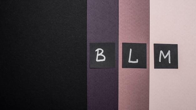Vista dall'alto delle carte di materia viva nera con lettere su carta multicolore e spazio di copia