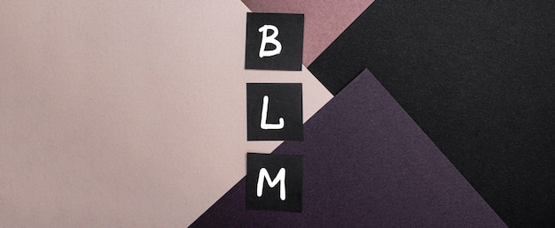 Vista dall'alto delle carte di materia di vita nera con lettere