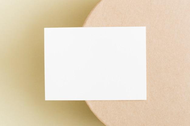 トップビューの空白の名刺のコンセプト