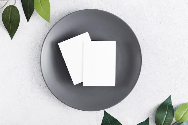 プレート上の平面図の空白の名刺