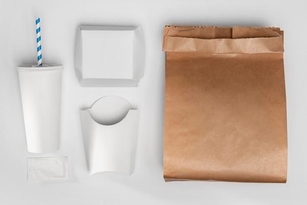Вид сверху пустая упаковка для фаст-фуда с бумажным пакетом