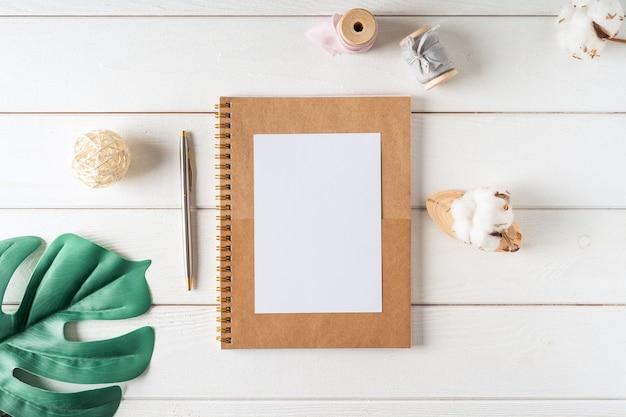 Вид сверху чистый лист бумаги ноутбук